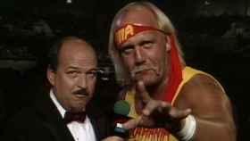 'Mean' Gene Okerlund junto a Hulk Hogan durante una entrevista