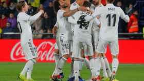 Varane celebra con sus compañeros el segundo gol del Real Madrid ante el Villarreal