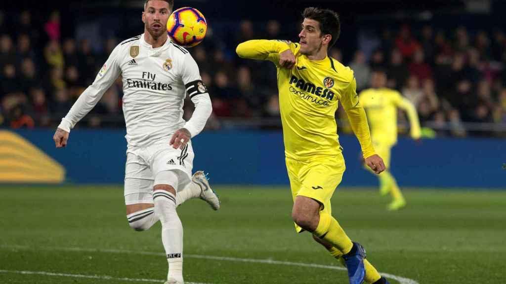 Gerard Moreno pelea un balón con el defensa del Real Madrid Sergio Ramos