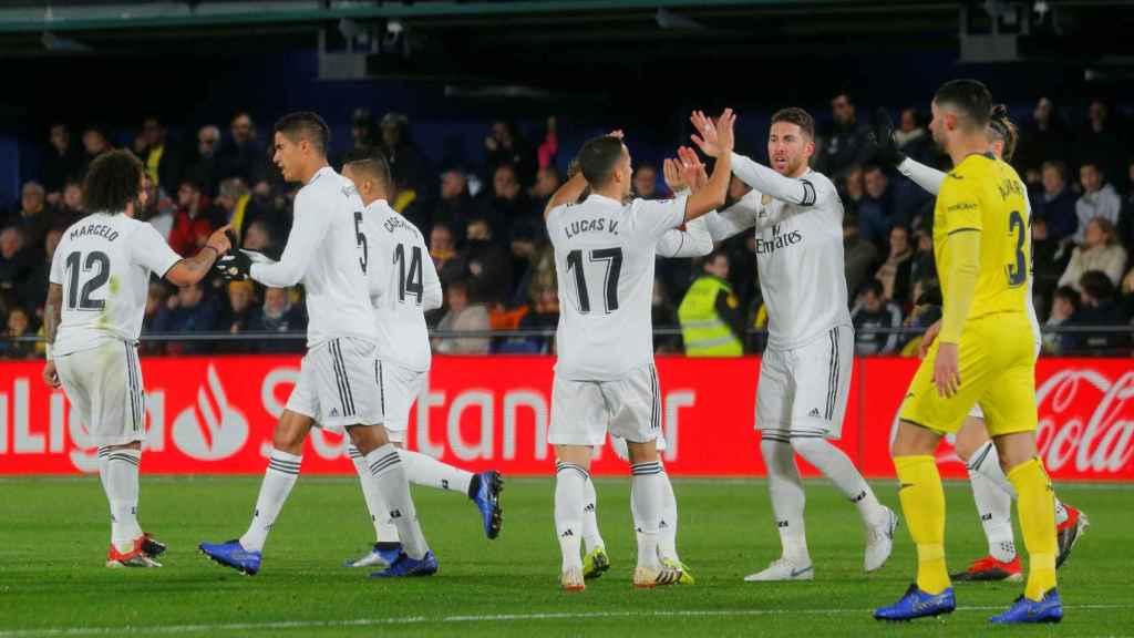 Los jugadores del Real Madrid celebran el empate de Benzema ante el Villarreal