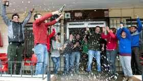 Algunos agraciados celebran el dinero ganado con la lotería en Moguer