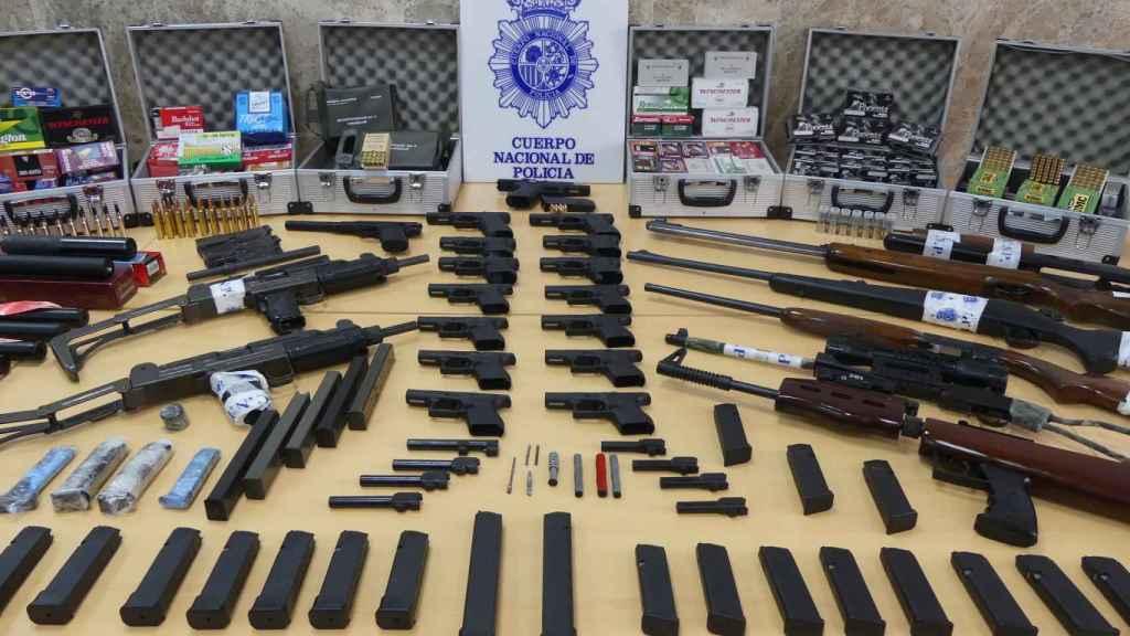 Armas y piezas de armamento intervenidas recientemente por la Policía en Sevilla.