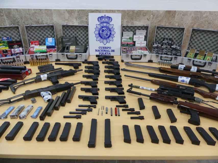 Armas intervenidas por la Policía en el marco de la operación explotada en Sevilla.