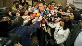 Periodistas durante unas declaraciones de Pedro Sánchez en los pasillos del Congreso.
