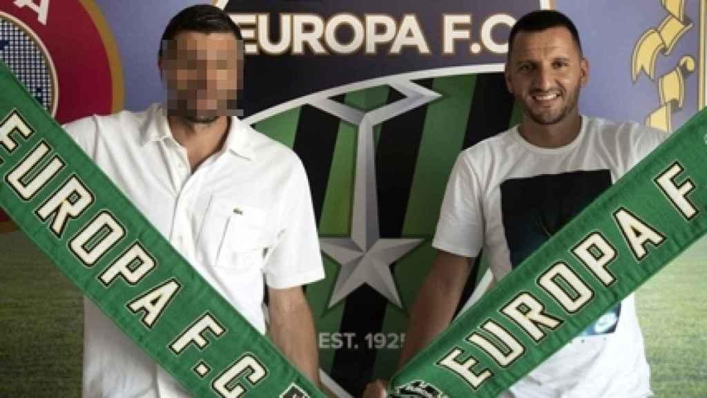 Presentación de José Antonio Cortés Merino (derecha) con el Europa FC de Gibraltar.