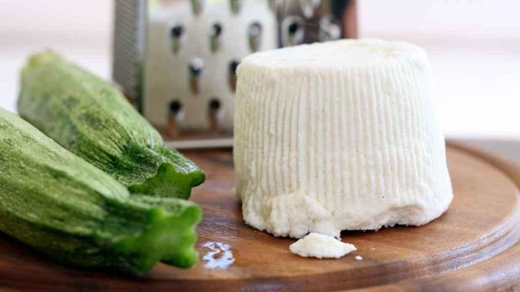Un queso fresco dispuesto para ser cortado.