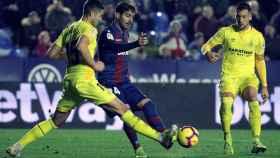 Disputa de un balón entre Levante y Girona