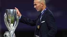 Zidane con la Supercopa de Europa