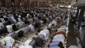 Fieles rezando en una mezquita.
