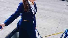 Una azafata de Ryanair a las puertas de un avión.