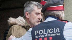 Jordi Magentí en el momento en el que los Mossos inspeccionan la vivienda de su tío en Anglès (Girona)