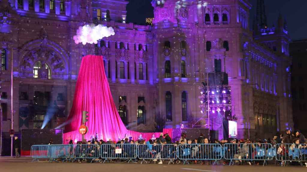 Familias esperando la llegada de los Reyes Magos en Madrid.