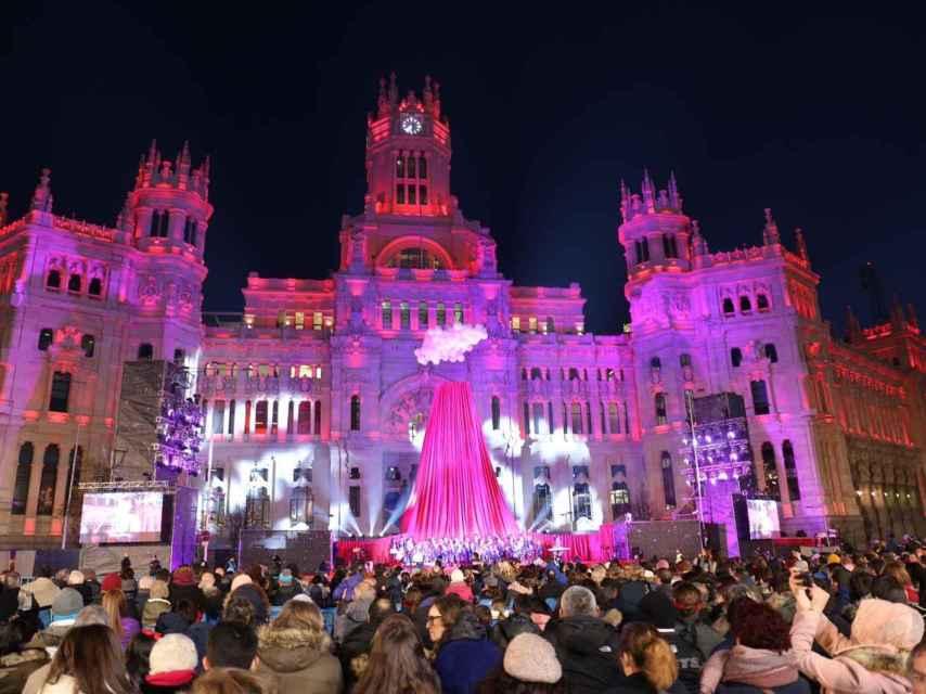 Cabalgata de Reyes Magos con el ayuntamientos de Madrid al fondo.