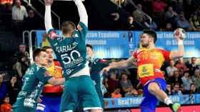 Alex Dujshebaev, jugador de España, a punto de realizar un lanzamiento ante Bielorrusia
