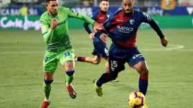 Disputa de un balón en el Huesca - Real Betis