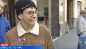 Cosmin, joven que adquirió el décimo agraciado vistiendo la chapa con la bandera independentista