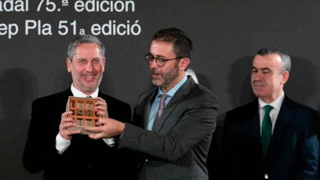 Guillermo Martínez recoge el Premio Nadal, en la noche del domingo.