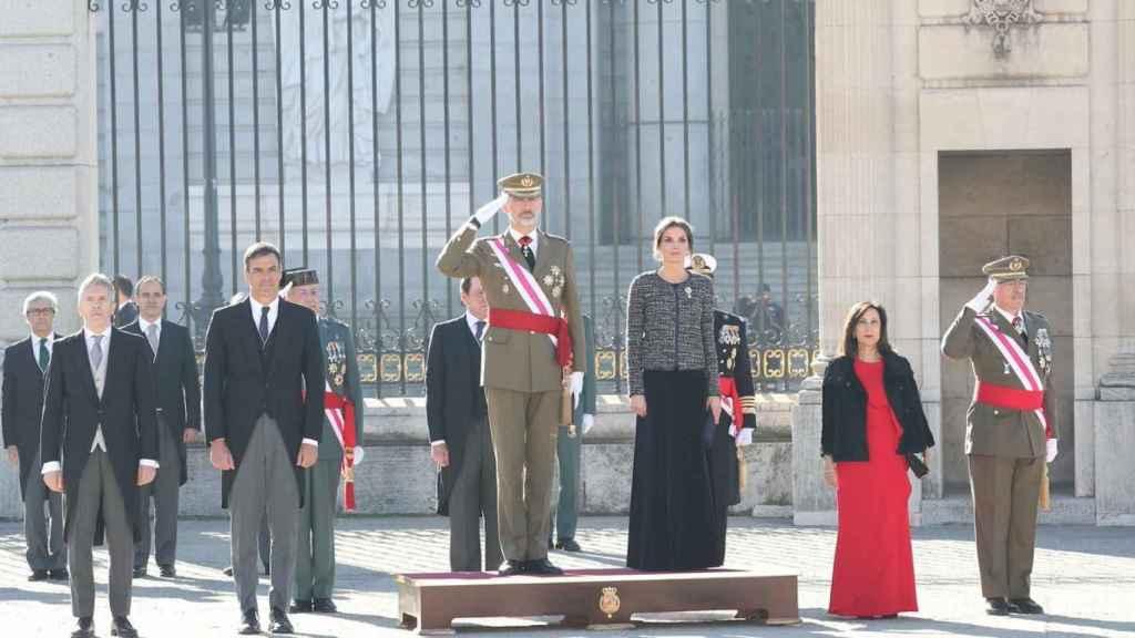 De izquierda a derecha: el ministro de Interior, Fernando Grande-Marlaska; el presidente del Gobierno, Pedro Sánchez; el rey Felipe VI; la reina Letizia; la ministra de Defensa, Margarita Robles; y el JEMAD, general Fernando Alejandre.