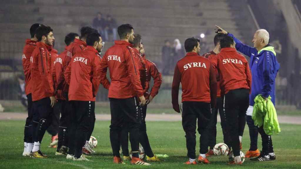 El entrenador del equipo nacional sirio, Bernd Stange, durante un entrenamiento en el estadio Fayhaa en Damasco