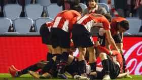 Los jugadores del Athletic celebran uno de los goles del partido