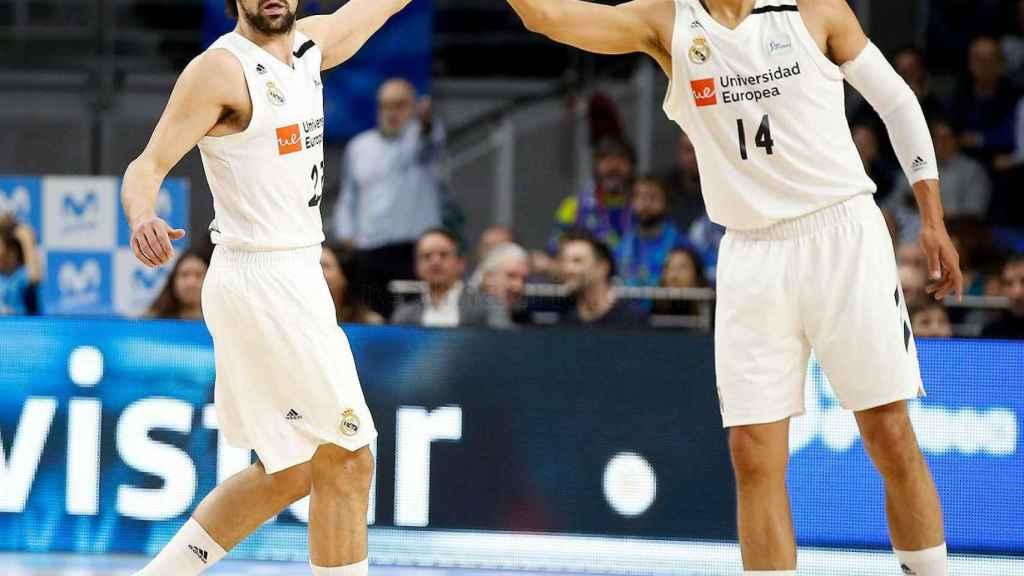 Sergio Llull y Ayón se felicitan tras una gran acción del Real Madrid