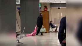 Un padre arrastra a su hijo de forma hilarante por un aeropuerto