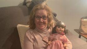 La abuela Ana con su 'Mariquita Pérez'