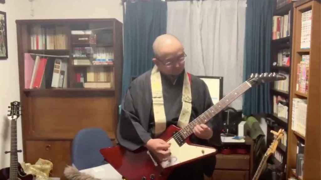 Uno de los monjes optó por tocarse un temazo con la guitarra