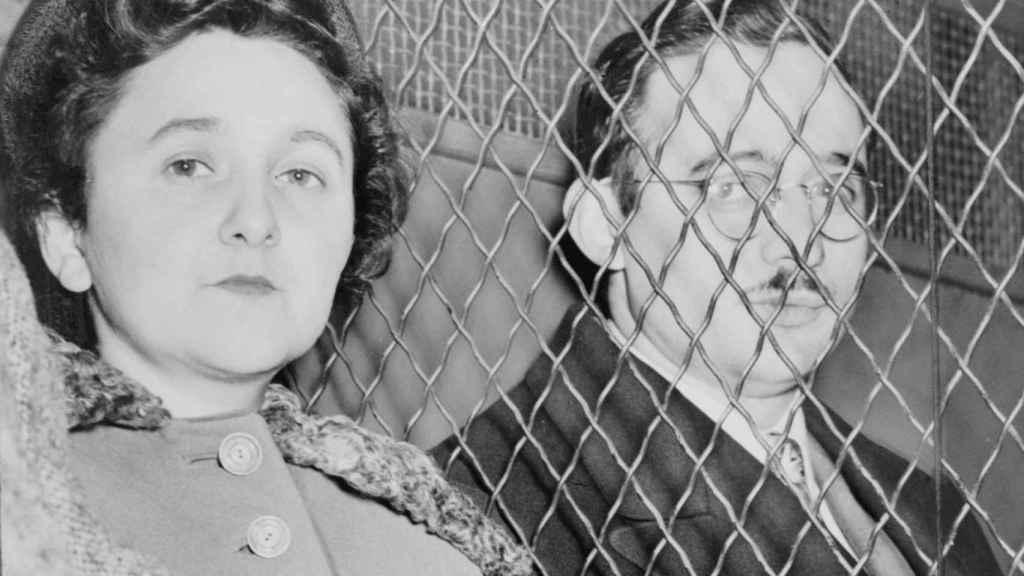 Julius y Ethel Rosenberg en 1951, después de comparecer ante el juez.