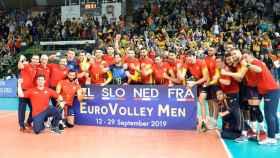 Los jugadores de la selección española de Voleibol celebran la victoria ante Bielorrusia