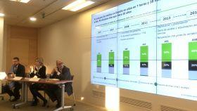 Jorge Bujía y Concha Iglesias de Deloitte y Andrés Armas, director general de Uteca, durante la presentación del informe.