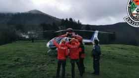 Miembros del equipo de vigilancia de la Ertzaintza, en el monte Ernio (Guipúzcoa).