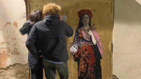 Rosalía, pintada como Santa por el artista urbano TvBoy en el Fossar de les Moreres, Barcelona.