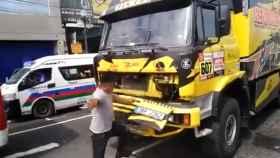 Se sube encima de un camión del Dakar para hacerse un selfie y acaba rompiéndolo