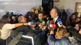 Javier Ortega Smith atiende a los medios acompañado de su líder andaluz, Francisco Serrano.
