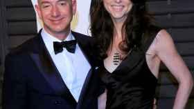 Jeff Bezos y MacKenzie en una imagen del día.