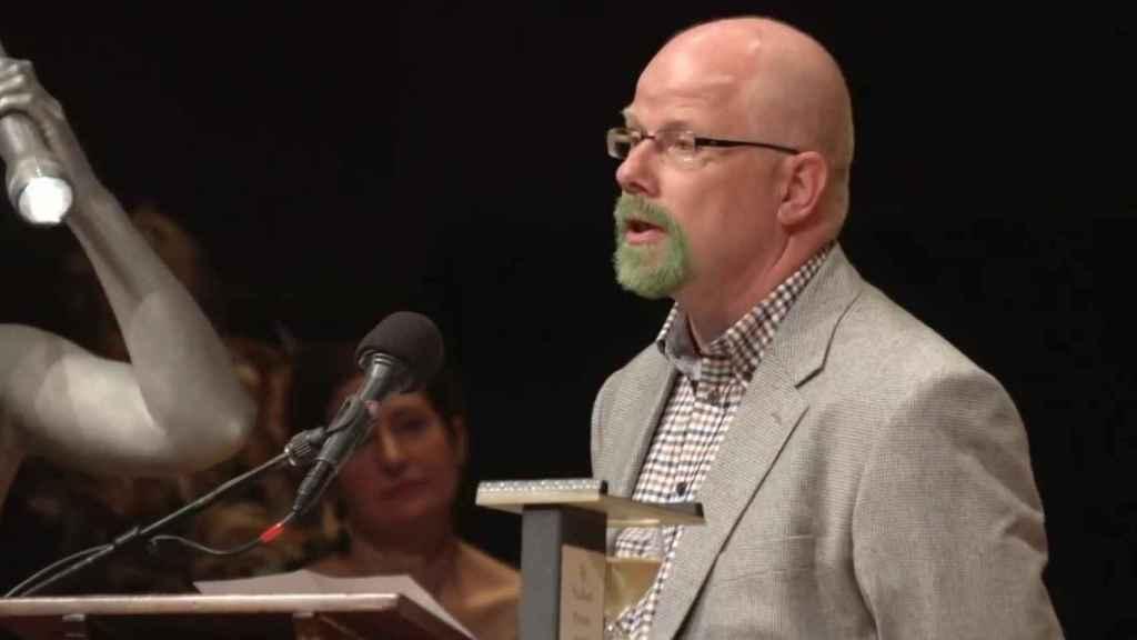 Pettersson acepta graciosamente su Ig Nobel de Química.