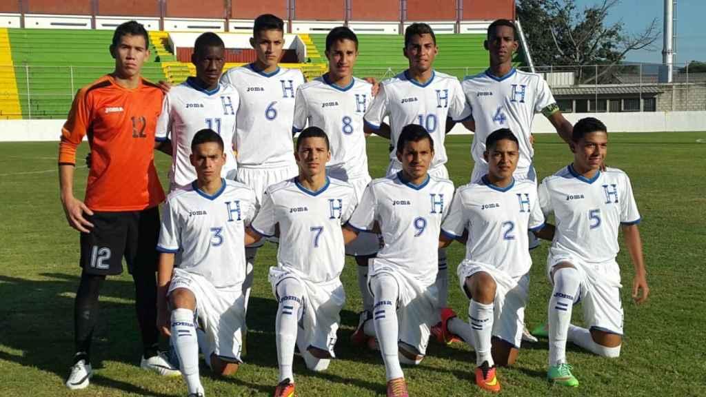 Allan Rivera -dorsal 6- con la selección sub17 de Honduras antes de un partido amistoso ante El Salvador. Foto: lnphn.com