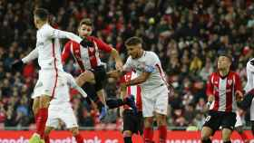 Disputa de un balón en el Athletic - Sevilla
