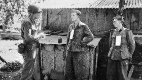 Martin Sellling, uno de los Ritchie Boys, interrogando a prisioneros alemanes cerca del frente en Francia, 1944.
