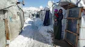 Una refugiada siria con su bebé en un campo de Líbano