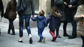 Madre paseando con sus hijos