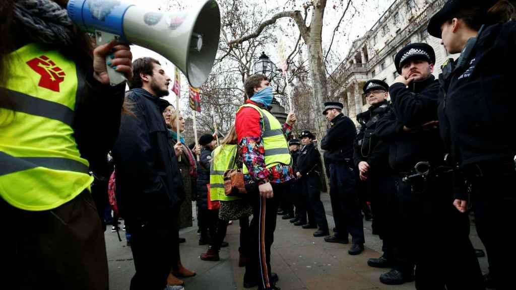 Manifestantes con chalecos amarillos se enfrentan a la policía en el centro de Londres.