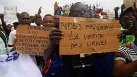 Los partidarios de Martin Fayulu corean consignas a las puertas del CENI.