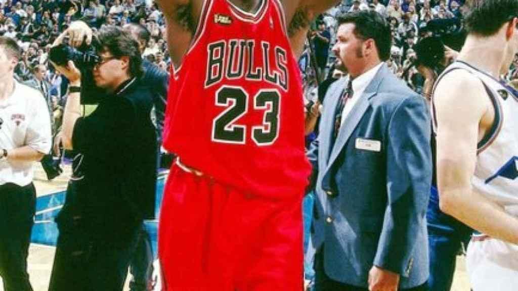 Michael Jordan, tras ganar su sexto anillo. Foto: Twitter (@RaulGomez82)