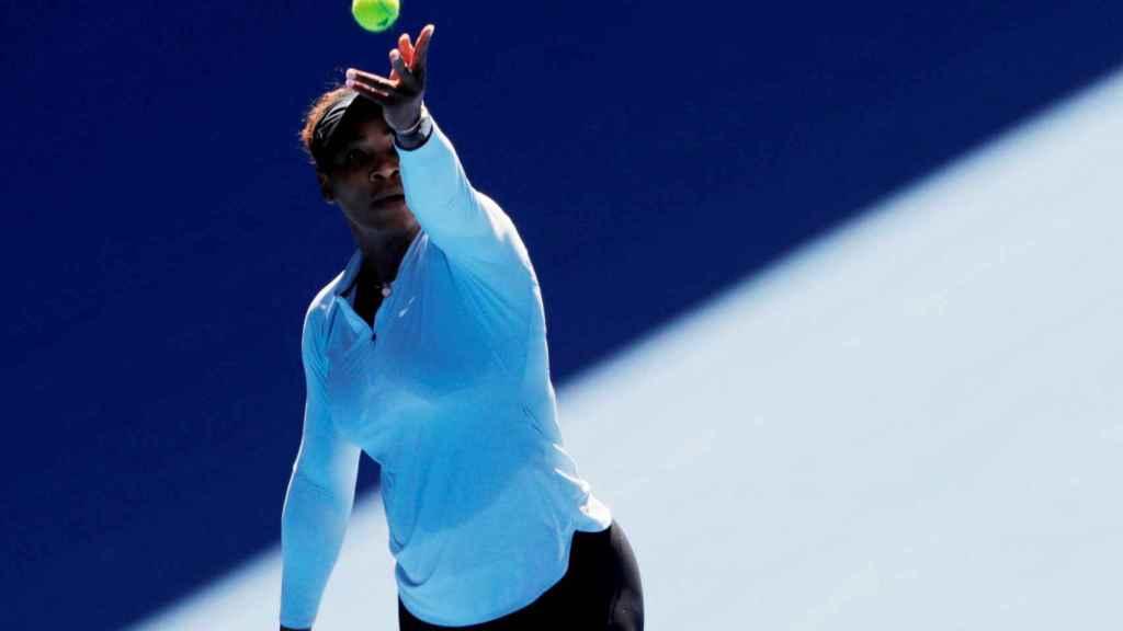 Serena, sacando en un entrenamiento en Melbourne.