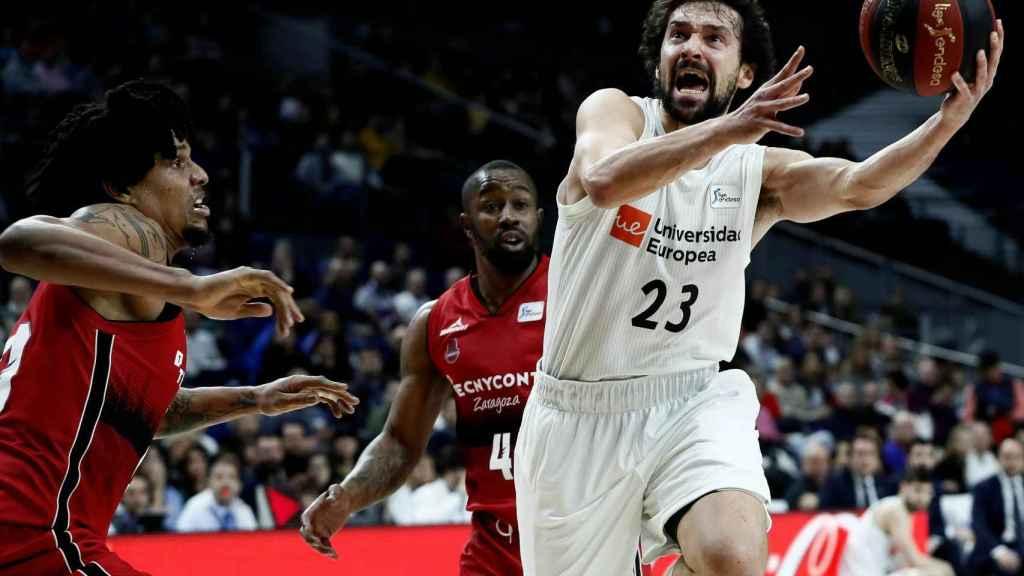 Sergio Llull se levanta para lanzar ante el Zaragoza