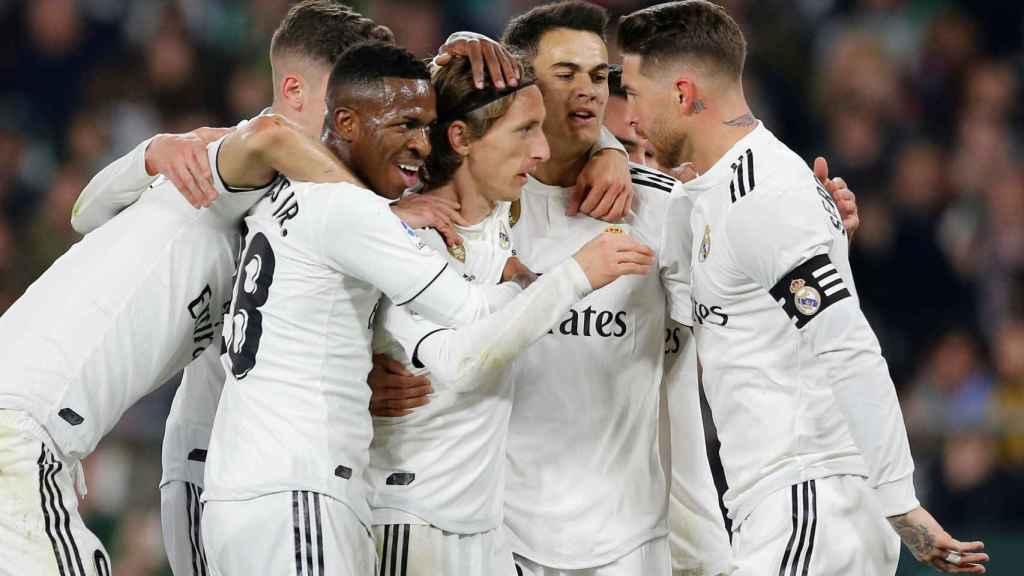 Los jugadores del Real Madrid celebran el gol de Modric frente al Betis