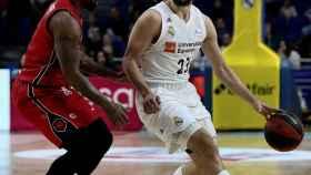 Sergio Llull maneja el balón ante el Zaragoza