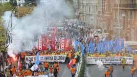Miles de personas se manifiestan contra el cierre de Alcoa en La Coruña.